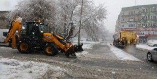 Melikgazi'de karla mücadele devam ediyor
