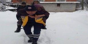 112 personeli hastayı sırtında taşıdı