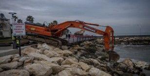 Taşkında denize sürüklenen sahildeki kayalar yerlerine yerleştiriliyor