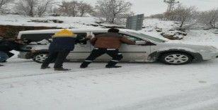 Karayolunda araçlar kar ve buzlanma nedeniyle mahsur kaldı