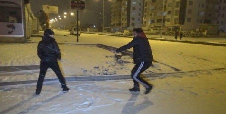 Diyarbakırlılar kartopu oynayarak eğlenceli dakikalar geçirdi