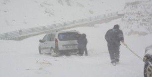 Belediye ekipleri yolda mahsur kalanları kurtardı