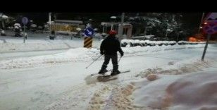 Erzincanlı gençler sokakları kayak pistine çevirdi