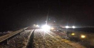 Afyonkarahisar-Antalya karayolu yoğun kar yağışı nedeniyle ara ara kapandı