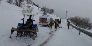 Hasta almaya giden ambulans kara saplandı, yardımına Mehmetçik ve köylüler yetişti