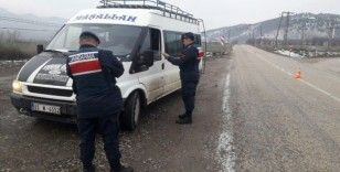 Amasya'da jandarmadan sürücülere 'emniyet kemeri ve cep telefonu' denetimi