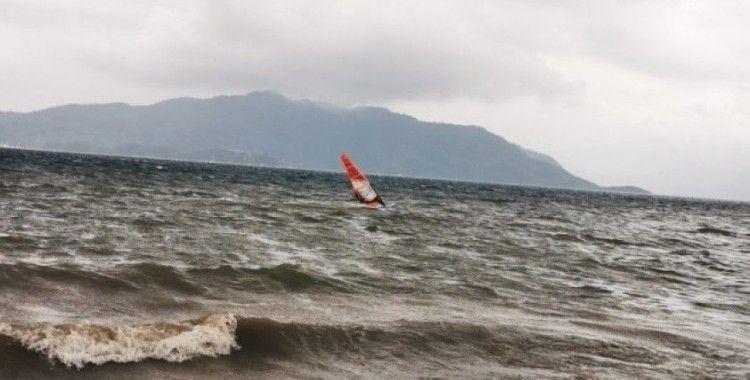14 Şubat'ta en sevdikleri rüzgar ve sörf ile aşk yaşıyorlar