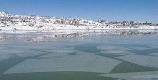 Tunceli'de baraj gölünün bir bölümü buz tuttu