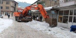 Ağrı Belediyesi karla mücadele çalışmalarına devam ediyor