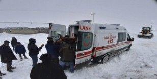 Çaldıran Belediyesinden yol açma ve mahsur kalanları kurtarma çalışması