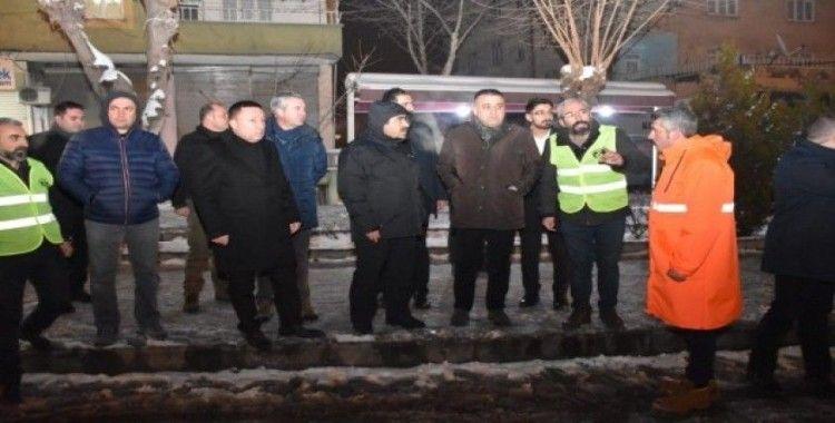 Başkan Beyoğlu gece yarılarına kadar kar temizleme mesaisinde