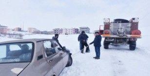 Başkan Ergü karda mahsur kalan aracı kurtardı