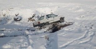 Karlı yolda kayan otomobil şarampole yuvarlandı