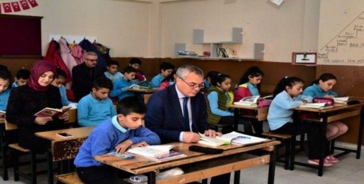 Vali Deniz, öğrencilerle birlikte kitap okudu