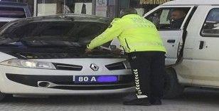 Polis, aracının aküsüyle yolda kalan vatandaşın aracını şarj etti