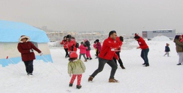 Depremzede çocuklar kartopu oynayarak eğlendi