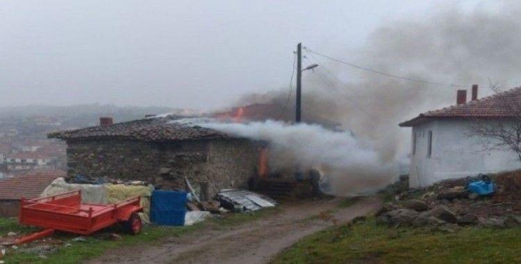 Sındırgı'da yanan ev kullanılamaz hale geldi