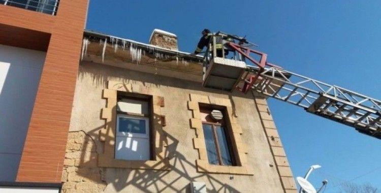 Bayburt Belediyesi, çatılarda oluşan buz sarkıtlarını kırıyor