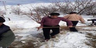 Yıllardır devam eden gelenek için kuyuları kar ile doldurdular
