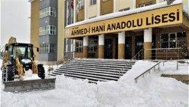 Tuşba'da okul bahçeleri kardan temizleniyor