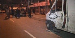 Sürücüsünün direksiyon hakimiyetini kaybettiği kamyonet park halindeki 7 araca çarptı