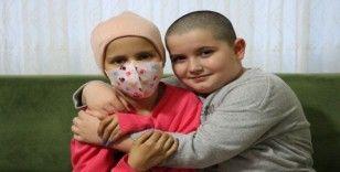 Kanser olan arkadaşı için saçını kesti