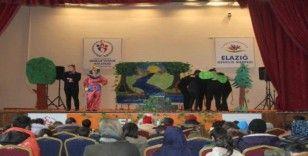 Gönüllü tiyatro ekibi çocuklar için sahne aldı