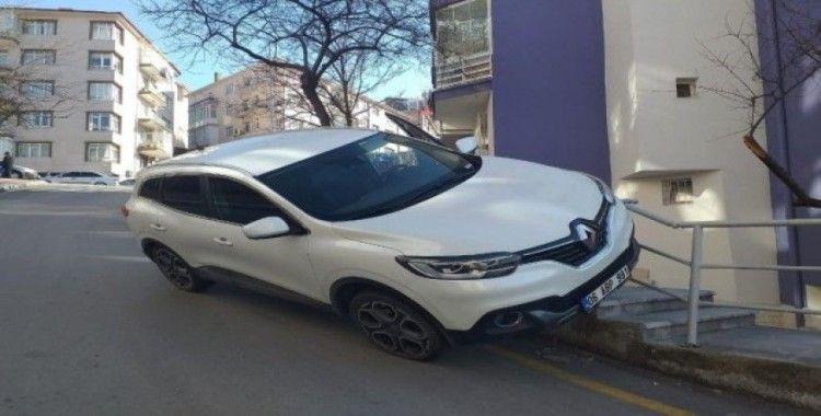 El freni çekmeyi unutan kadın otomobiliyle sürüklendi