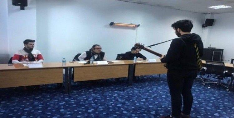 İstanbul'daki vapur hatlarında müzisyen olmak için jüri karşısında şarkılarını söylediler