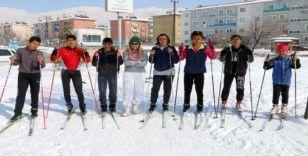 Parkı kayak pistine çeviren sporcular yarışlara hazırlanıyor