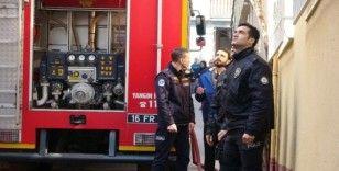 Çatı katından çıkan dumanları polis ekipleri fark etti