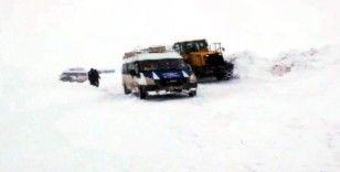 Kar ve tipide mahsur kalan 20 minibüs kurtarıldı