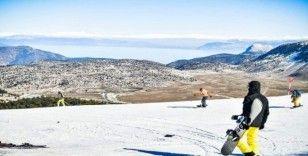 Göl manzaralı kayak keyfi ara vermiyor