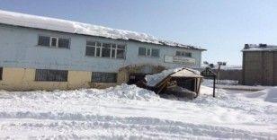 Aile destek merkezi binasının giriş çatısı çöktü