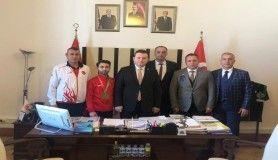 Hendek Karate Kulübü sporcusu Ateş, Türk Bayrağını Devlet Bahçeli'ye verdi