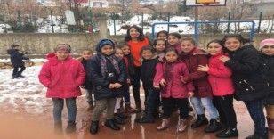 Diyarbakırlı gönüllülerden köy okulu öğrencilerine bot ve mont yardımı