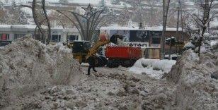 Hakkari'de 3 bin 700 kamyon kar taşındı