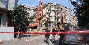 (Özel) Avcılar'da, 5.8'lik depremin ardından hasar gören binanın yıkımı gerçekleştirildi