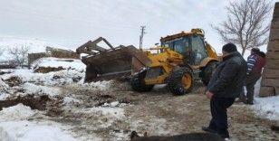 Karın ağırlığını taşıyamayan ahırın çatısı çöktü: 3 büyükbaş hayvan telef oldu
