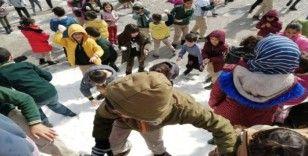 Öğrencileri için okula kamyonetle kar getirtti