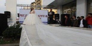 Diyarbakır'da sokak defilesi, 40 kilogramlık gelinlik ilgi odağı oldu