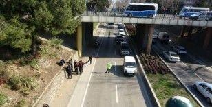 İntihara teşebbüs eden vatandaş hareket halindeki otomobilin üstüne düştü