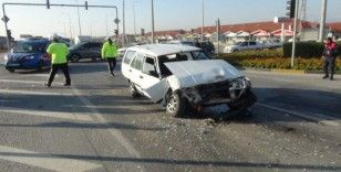 Otomobil ışıkta bekleyen araca arkadan çarptı: 4 yaralı