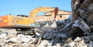 Bayraklı'da metruk binaların yıkımı tam gaz