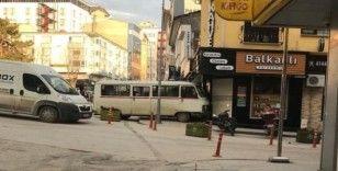 Freni boşalan minibüs, bir dükkanın duvarına çarparak durabildi