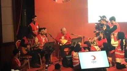 Kızılay Genel Başkanı Kerem Kınık saz çaldı, genç gönüllüler şarkı söyledi