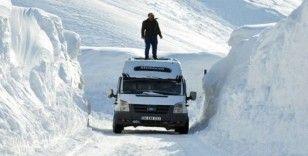 Yüksekliği 6 metreyi geçen kar yığınları arasında yolculuk