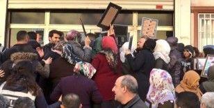 Evlat nöbetindeki aileler, HDP binası önünde 'kahrolsun PKK ve HDP' sloganı atıp, binanın camlarını kırdı