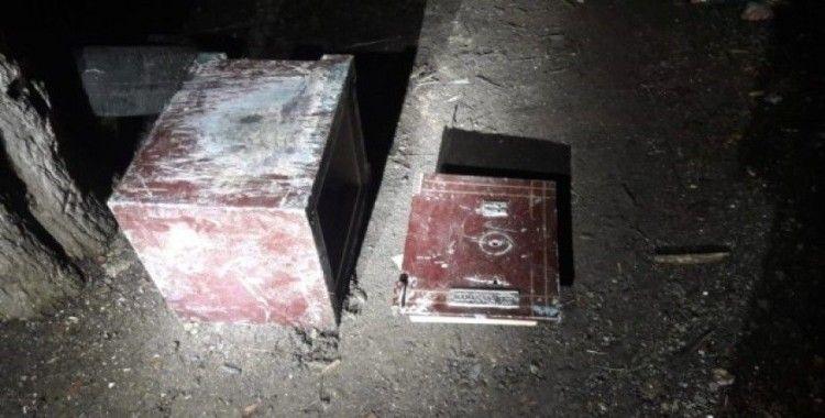 Hırsızlık şüphelileri çaldıkları kasayla yakalandılar
