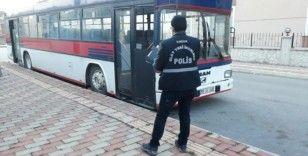 Park halindeki servis otobüsünde alkol alıp teybi çaldılar